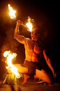 Une danseur de feu polynésien