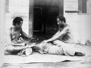 Tatouage traditionnel avec un peigne